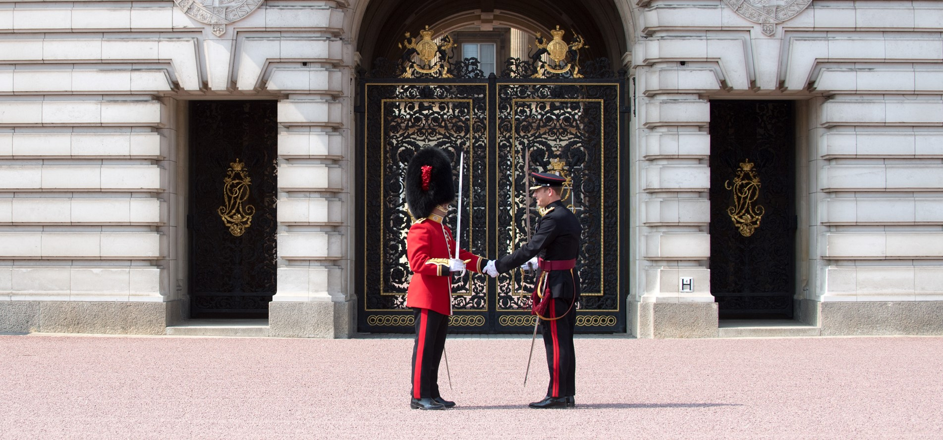 APOLOND-2018-128-0263-3 Regt RLC Mount The Queens Guard.JPG