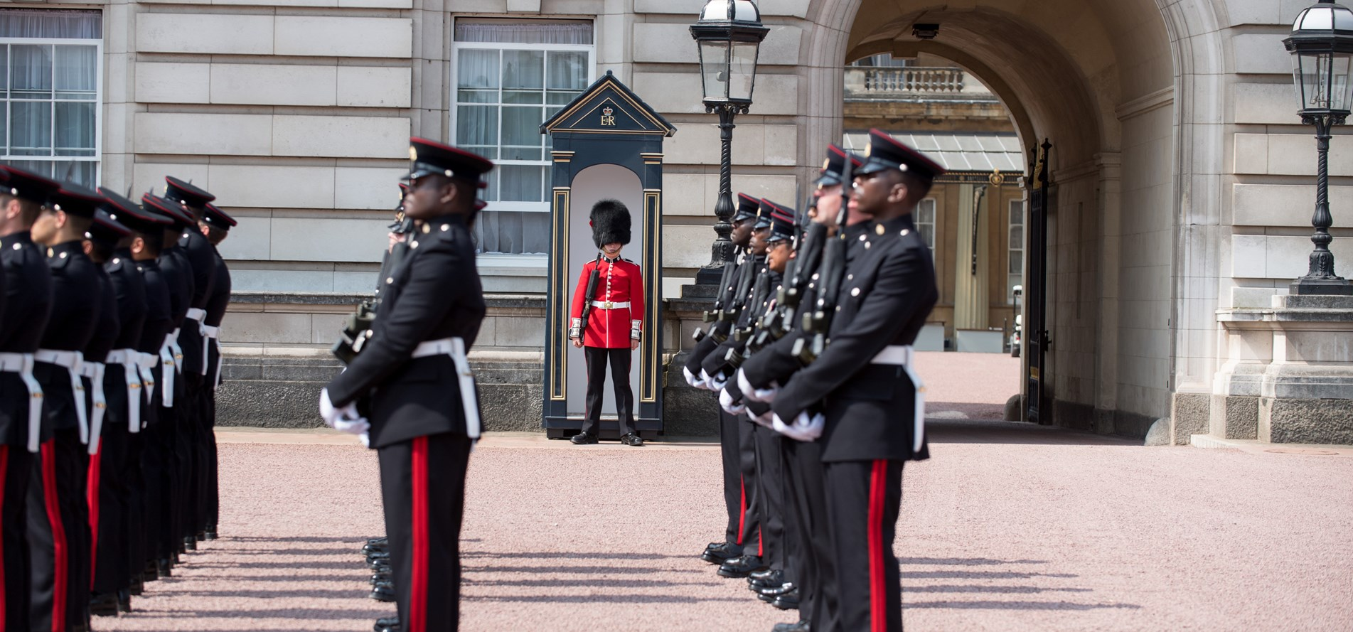 APOLOND-2018-128-0329-3 Regt RLC Mount The Queens Guard.JPG