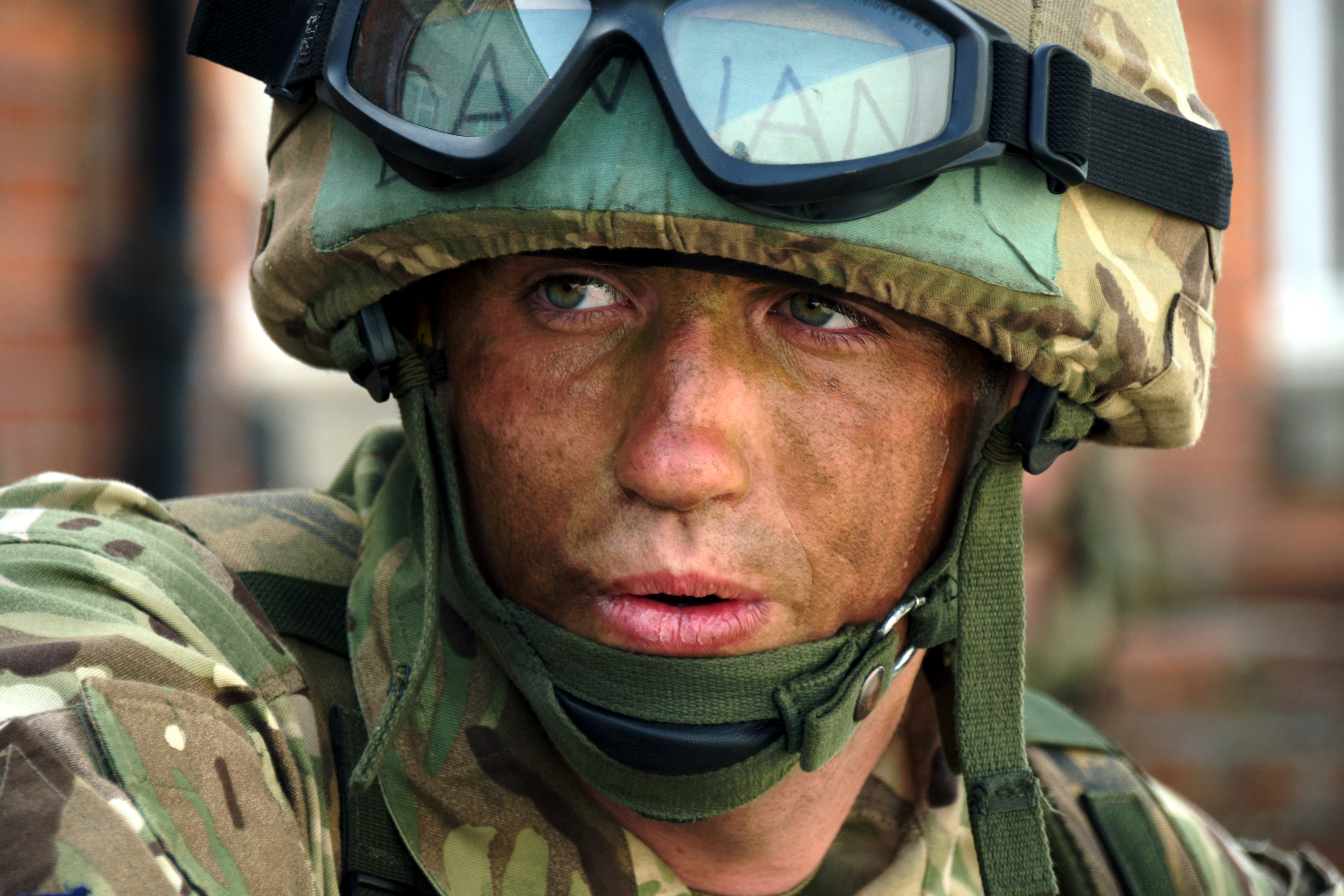 Can you wear contacts in the army